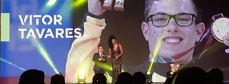 Vitor Tavares recebe prêmio de destaque do Parabadminton em 2019